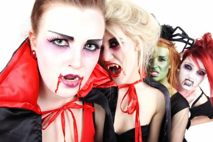 Frauen auf einer Halloween Party