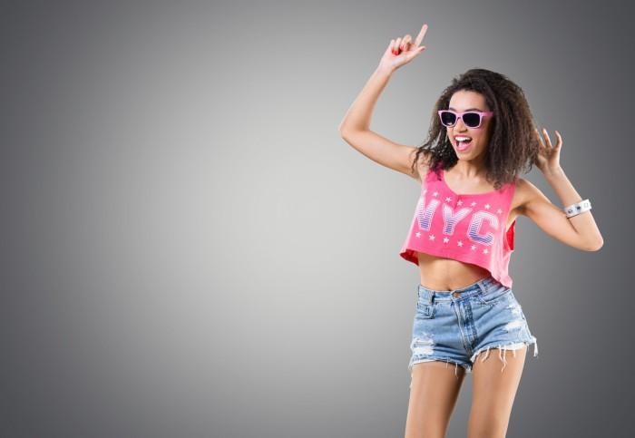Tanzende Frau im 80er Jahre Style
