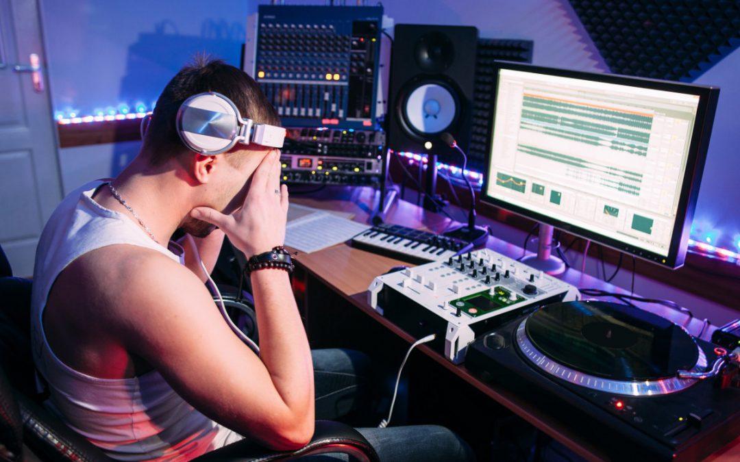 Schutz für Selbstständige und Künstler: Krankenversicherung, Haftpflicht, DJ-Altersvorsorge & Co