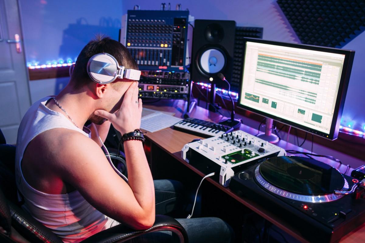 Schutz für Selbstständige und Künstler: Krankenversicherung bis DJ-Altersvorsorge