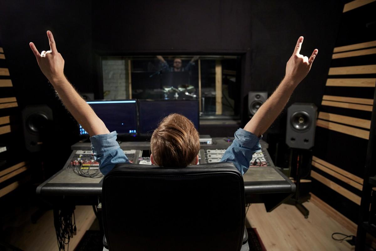 DJ Logos erstellen lassen oder selber machen? – Vom Gratis-Tool bis zum Wettbewerb