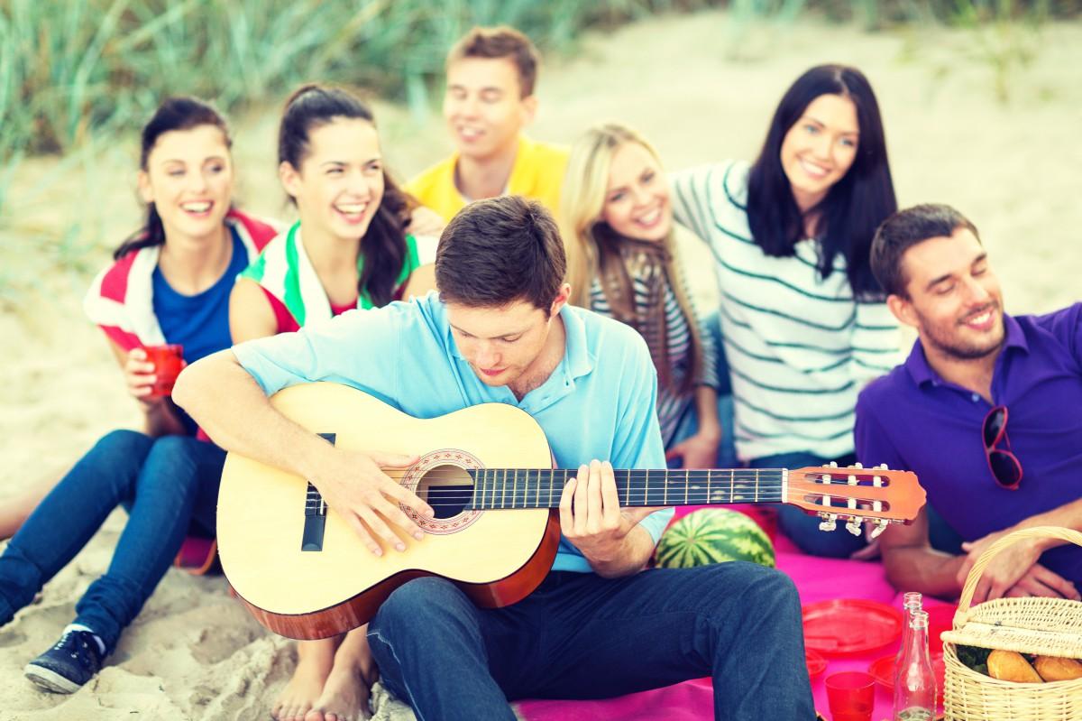 Trinklieder – diese Stimmungslieder bringen die Party-Gesellschaft zum Mitsingen