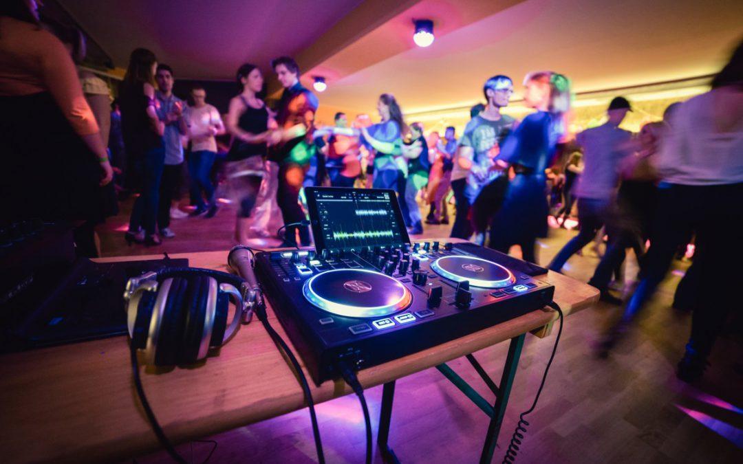 Playlist, Hobby-DJ oder Profi-DJ: Das sind die Vor- und Nachteile