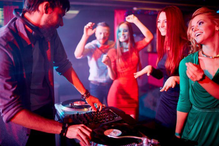 Auf der Party Stimmung machen: So kriegt ihr als DJ die Tanzfläche voll