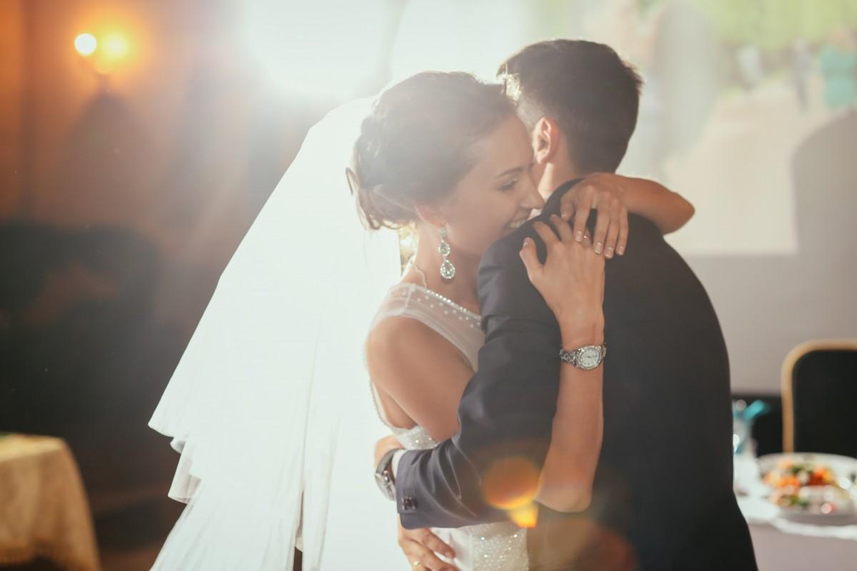 Die schönsten Lieder für eure Hochzeit in Standesamt und Kirche: Playlist & Tipps
