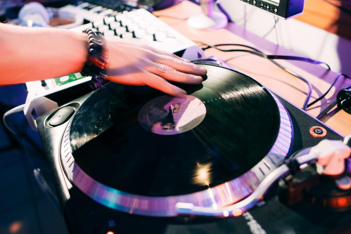 Wie wird man zum erfolgreichen DJ?  Profi-DJs teilen Storys & Tipps