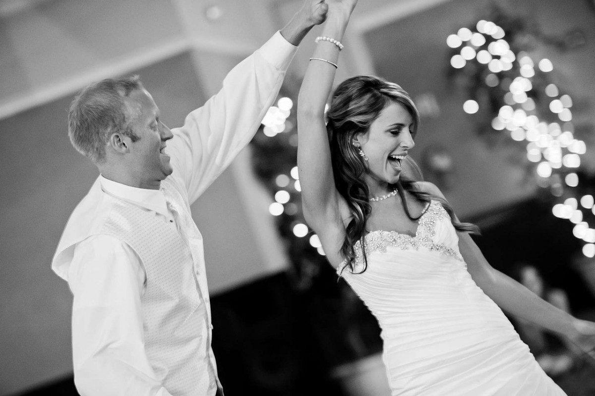 Tanzendes Ehepaar auf der Hochzeitsfeier